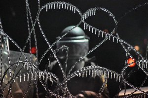 nodapl_water-from-water-cannons-frozen-onto-police-razor-wire