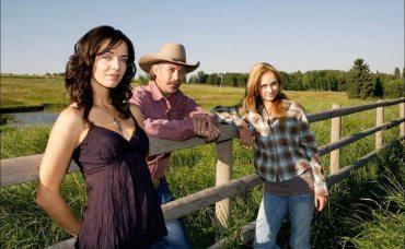 Prod DB © Seven24 Films / DRHEARTLAND serie TV 2007-  CANsaison 2 avec Michelle Morgan, Shaun Johnston et Amber Marshall,portrait de famille, grand pere, prŽ, chemise a carreaux