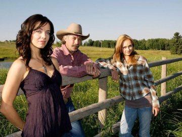 Prod DB © Seven24 Films / DR HEARTLAND serie TV 2007-  CAN saison 2 avec Michelle Morgan, Shaun Johnston et Amber Marshall, portrait de famille, grand pere, prŽ, chemise a carreaux
