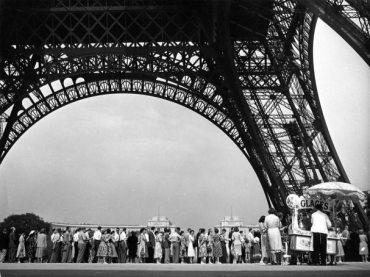 diaporama1935-Touristes-et-Tour-EiffelParis-aout