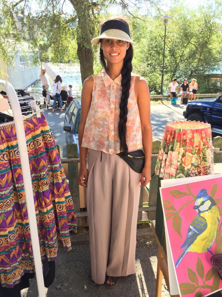 Moira Ganley, 31 år, sålde vintagekläder på Hornstulls marknad. Vad har du på dig? -Topp och byxor från Monki, keps från Greekland och magväskan är köpt på Nya Zeeland. Foto: Klädoteket