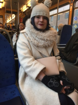 Träffade på Sofia i en cool kombo med djupblåa kontaktlinser och matchande peruk. Det blev ett snabbt möte då vi ganska direkt skulle av på olika hållplatser. Vi hann komma fram till att jackan hon bar kom från Weekday och mössan från Accessorize. Hoppas vi ses igen! Foto: Klädoteket