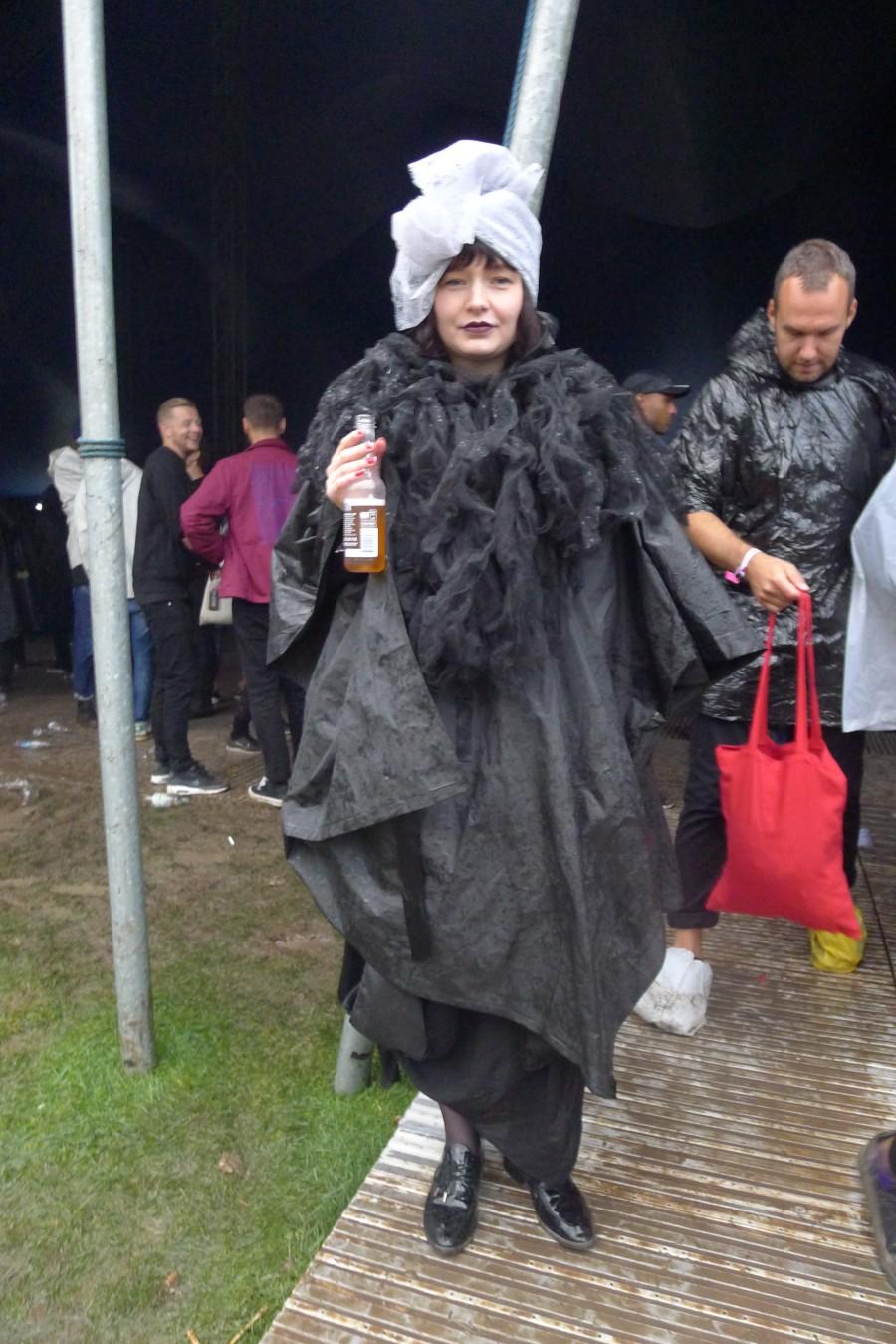 Erika Ekstrand skyddar sig mot regnet med klass.