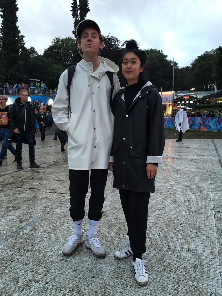 Alexander Hellgren och Loo Westfelt fixade regnet och festivalen i snygga regnkappor.