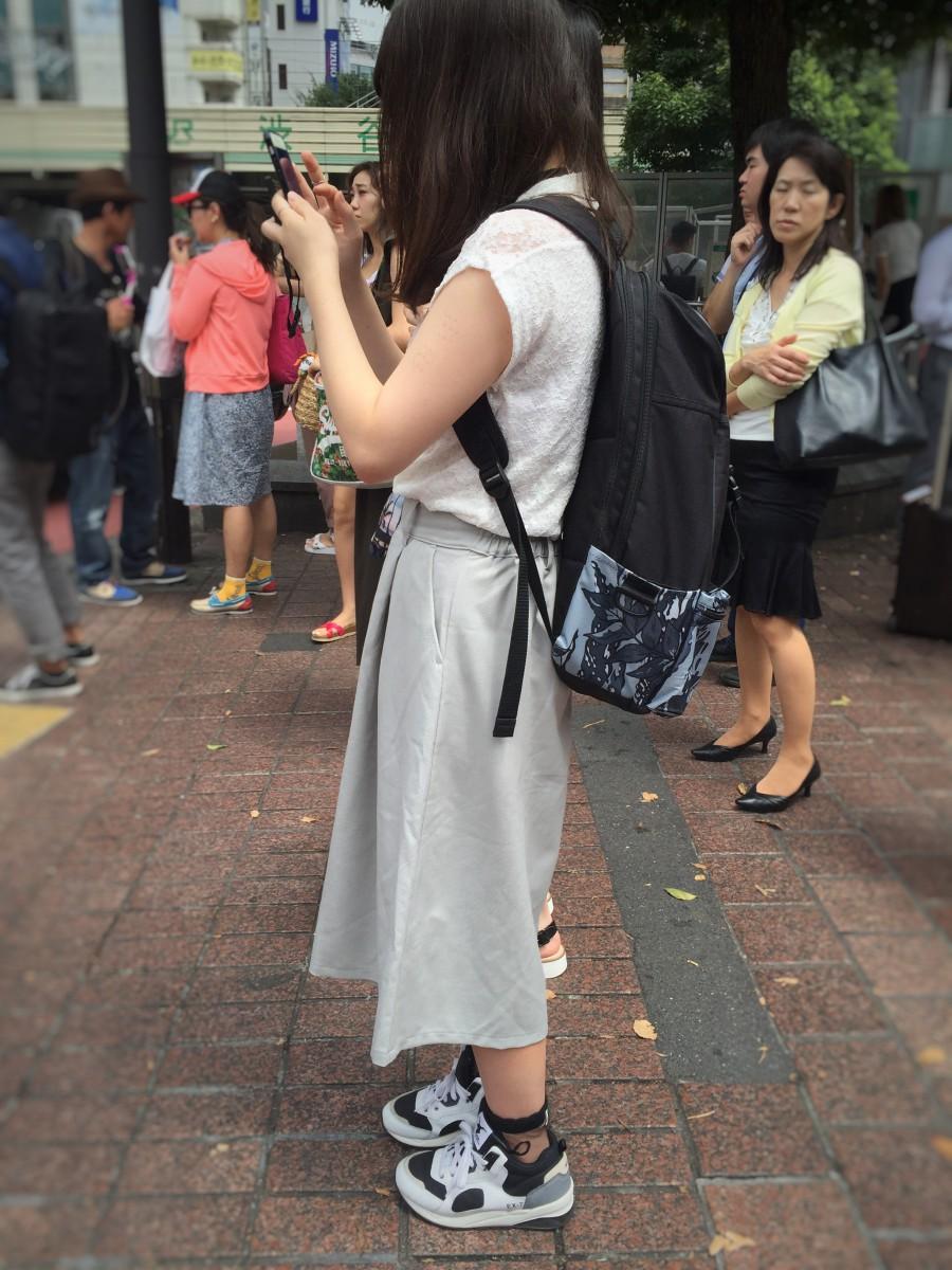 Vida byxor och en backpack-väska känneteckande mainstream-klädseln.