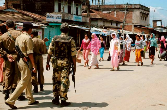 Indian paramilitary soldiers patrol the streets of Moreh town in the northeastern Indian state of Manipur. Credit: Reuters/Files