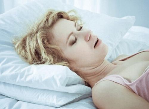 Во сне открывается рот и храпит