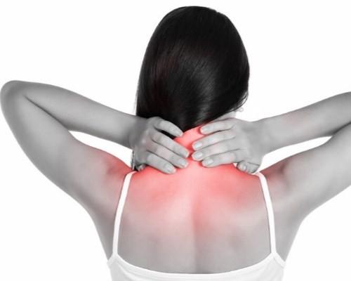 сильно болит верх спины