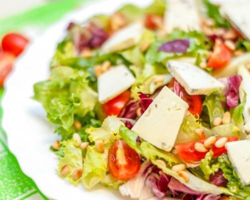 salat-miks-s-kedrovymi-oreshkami-i-syrom-dorblyu