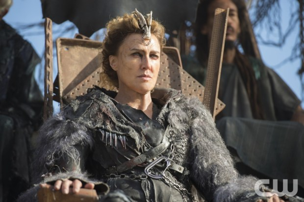 """The 100 -- """"Watch The Thrones"""" -- ImageHU304a_0014 -- Pictured: Brenda Strong as Nia -- Credit: Cate Cameron/The CW -- © 2016 The CW Network, LLC. All Rights Reserved"""