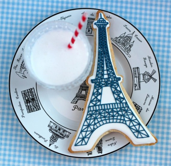 eiffel-tower-decorated-cookie-584x568