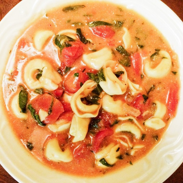 Tortellini Soup with Spinach and Tomatoes - Vegetarian | thiswifecooks.com