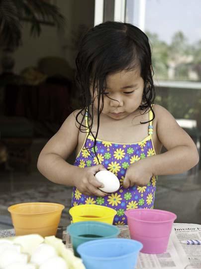 dyeing-easter-eggs-10.jpg