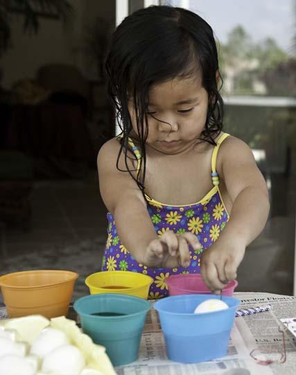 dyeing-easter-eggs-14.jpg