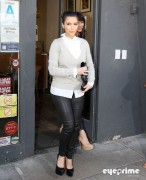 d90263123089677 Kim Kardashian grabs a bite in Beverly Hills, Mar 10