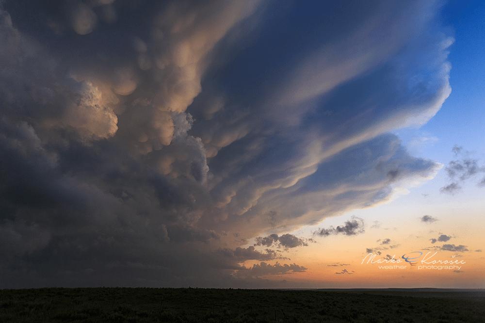 Estrictamente hablando las nubes mammatus no son un tipo de nubes en si mismas. Se le denomina mammatus a una forma de presentarse la base de ciertas nubes.  Foto: http://www.markokorosec.net/