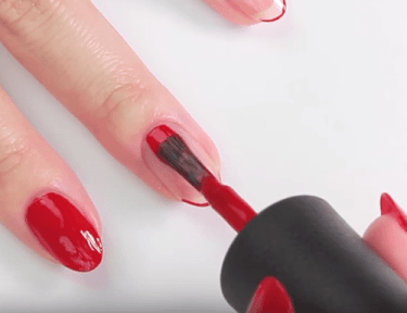 How to paint the nails on your dominant hand at home with minimal errors