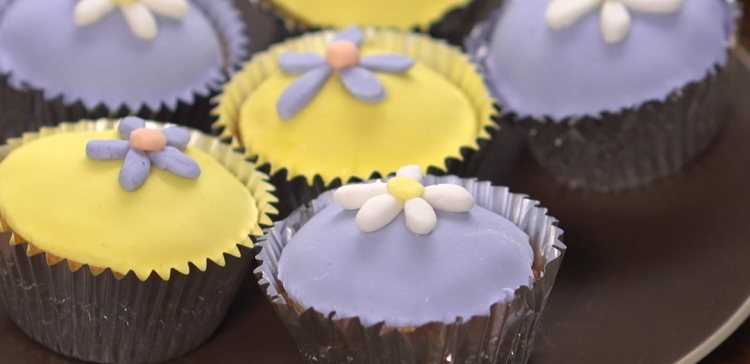 Close-up shot of cupcakes decorated with easy marshmallow fondant flowers