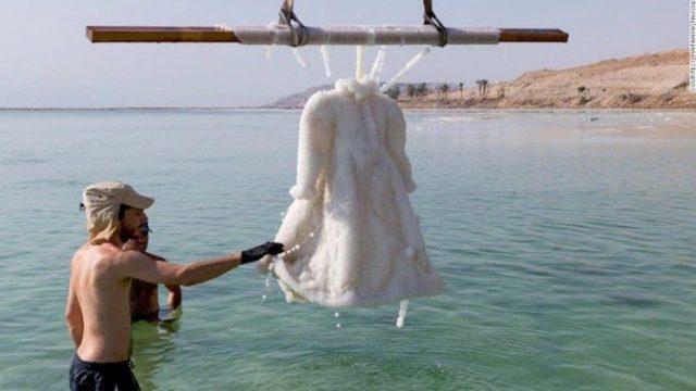 Художник оставил свадебное платье в Мертвом море в течение двух лет.