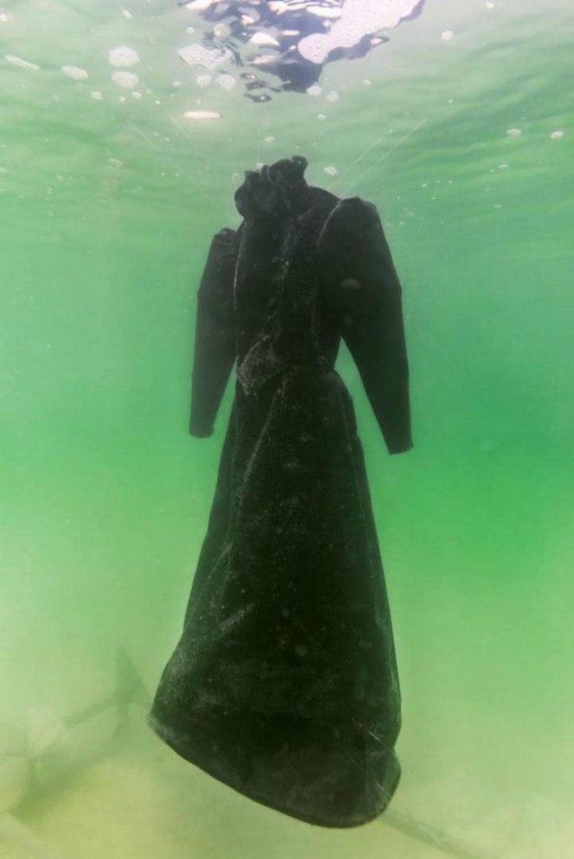 Оригинальный платье положить в Мертвое море.