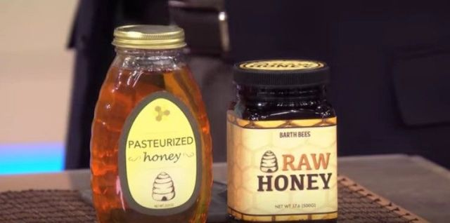 a jar of pasteurized honey next to a jar of raw honey