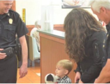 Carter and mom laugh with police officers