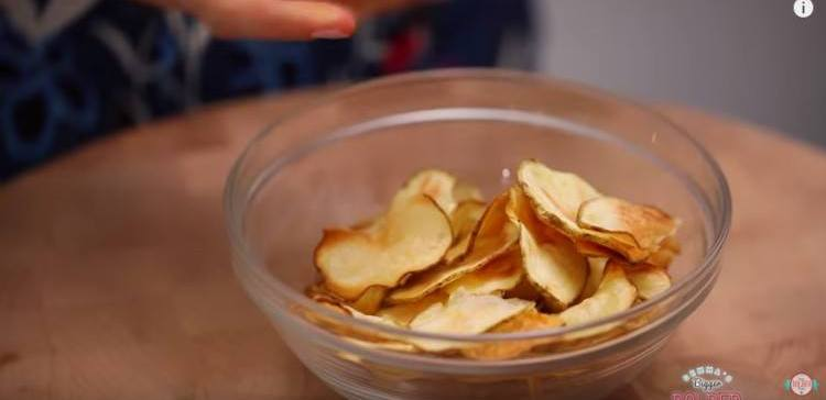 How to make potato chips in the microwave.