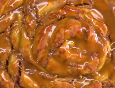 Pull-apart spiral treat with a creamy cinnamon walnut filling and sticky caramel glaze. This sticky bun/cinnamon roll mash-up is not as complicated as it looks!