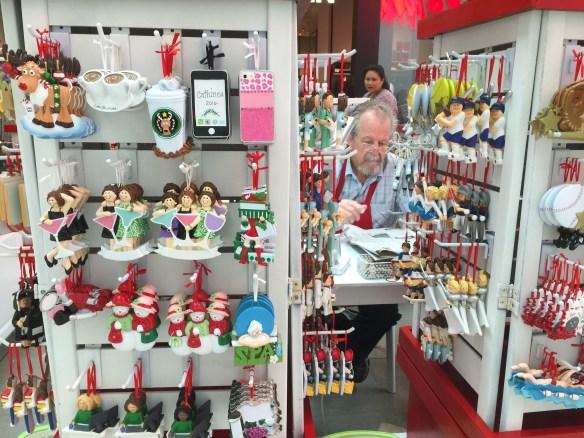 Puesto temporal de venta de adornos navideños para el arbolito en Del Amo Fashion Center. Foto: JFS
