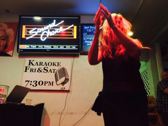 """Una aficionada canta """"Copacabana"""" de Barry Manilow en el """"Peabody Cafe & Bar"""" de Palm Springs. Foto: José Fuentes-Salinas"""