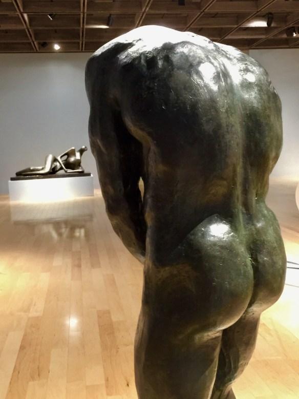 Al fondo se ve una figura reclinada (1956) del escultor Henri Moore, dialogando con el Judas (1906) de Eugenio Pellini. Foto: José Fuentes-Salinas