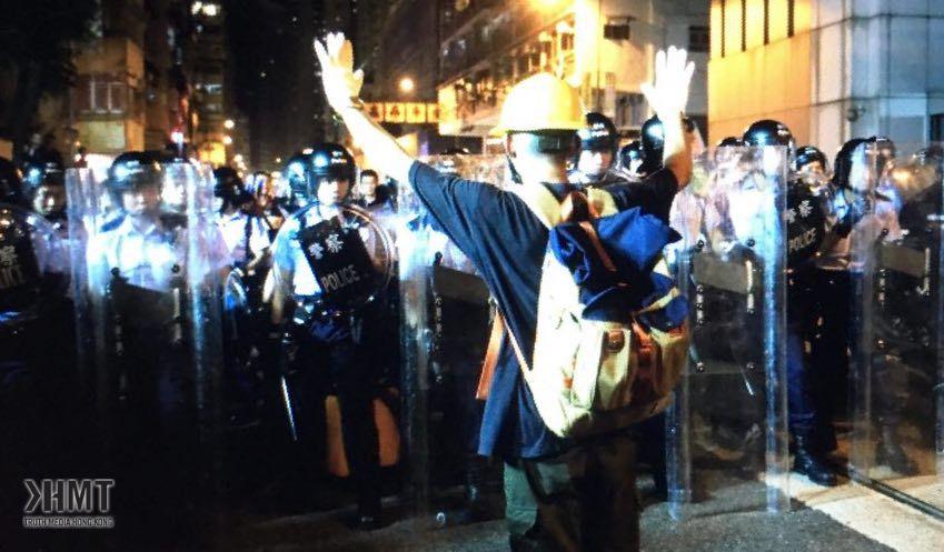 警方警告示威者停止掘磚 記者觀察現場馬路為石屎路