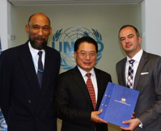 Martin Ledolter and UNIDO Director-General Li Yong signed a funding agreement for the first phase of CCREEE.