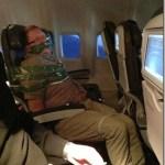 機内で泥酔し迷惑行為をはたらいた男性、ガムテープぐるぐる巻きで拘束される