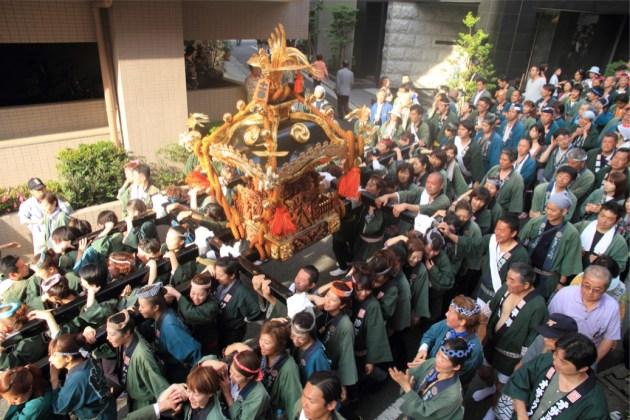 神輿を担ぐ女性たち=4年ぶりの開催となった2013年の神田祭りから