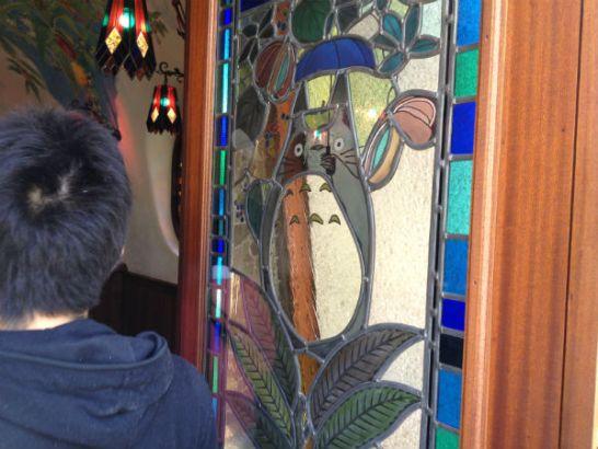 ジブリ美術館入口ドア窓右側