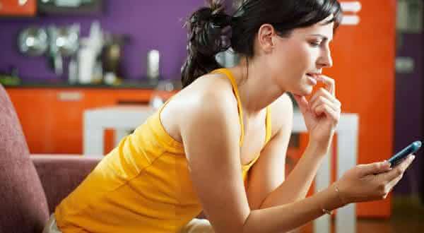 analisa as msgs de texto entre as coisas que as mulheres fazem quando estao sozinhas