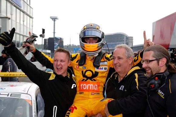 Philipp Eng jubelt mit seinem Team © Porsche AG