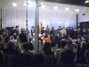 La gente esperando la llegada de Javier Laorden y de Esperanza Aguirre