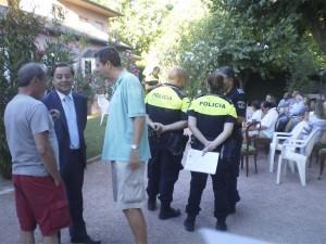 Los vecinos con el Concejal de Seguridad de Galapagar y miembros del SEPAP