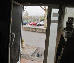 La puerta reparada provisionalmente por la cía. de seguros