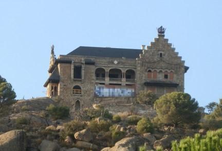 Pintada (pixelada) en la fachada de el Palacio del Canto del Pico
