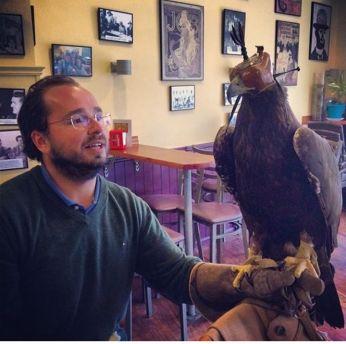 """Atila, águila real de Manolo """"Yuyu"""" Ruiz-Tarazona, posada en el brazo de su hno. Guzmán, dentro del Bar Belle Epoque"""