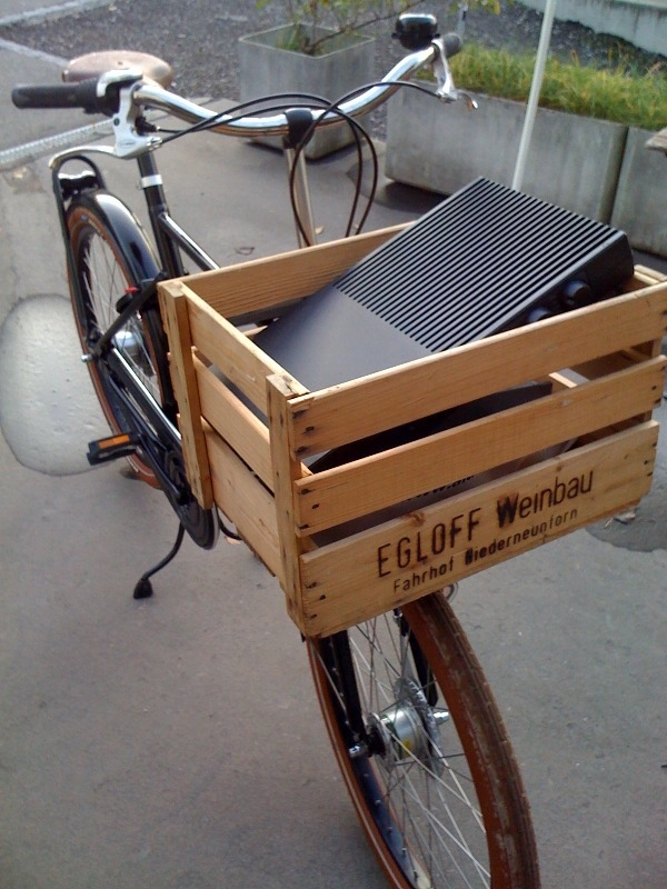 reusing-shipping-crates-as-bike-basket drevena bedna na bicykel