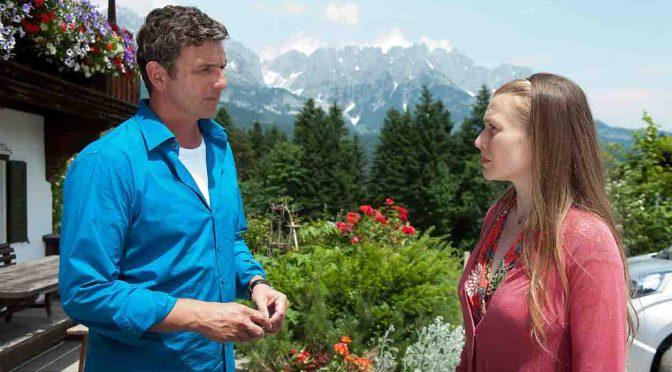 Martin (Hans Sigl) spürt, dass Pia (Rebecca Rudolph) ein Geheimnis mit sich trägt.  © ZDF/Thomas R. Schumann