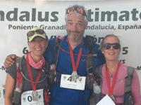 Vibeke Bache og Susanne Juul Hastrup med en tredje dansk løber. De har netop gennemført Al Andalus Ultimate Trail og har medaljer og store smil.