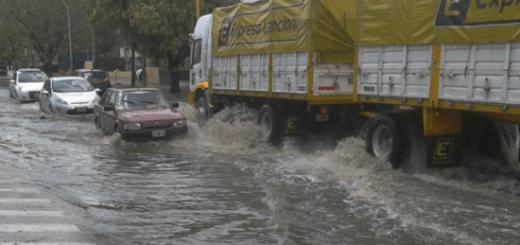 La calle Rodríguez del Busto llevaba gran caudal de agua. (Foto: @mario_gonzal)