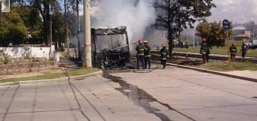 Colectivo incendiado en barrio Chateau Carreras. (Foto: acerocar1973)
