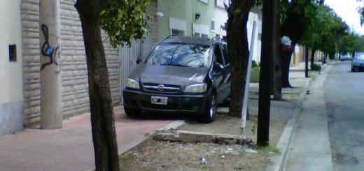 Estacionamiento en vereda (Foto melisa_chay)
