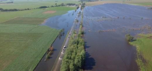 Ruta 36 inundada altura de Alcira Gigena por desborde de agua de una laguna